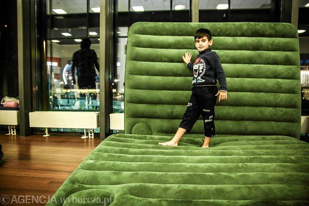 Kurdyjska rodzina wypuszczona z lotniska Szeremietiewo. Na za�atwienie sprawy b�dzie czeka� w o�rodku dla przesiedle�c�w