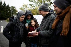Niemiecka skrajna prawica grozi ludziom, kt�rzy pomagaj� uchod�com