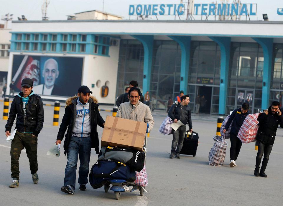 Afgańczycy, których wnioski  azylowe złożone w Niemczech zostały odrzucone po lądowaniu na lotnisku w Kabulu, 15.12.2016 r.
