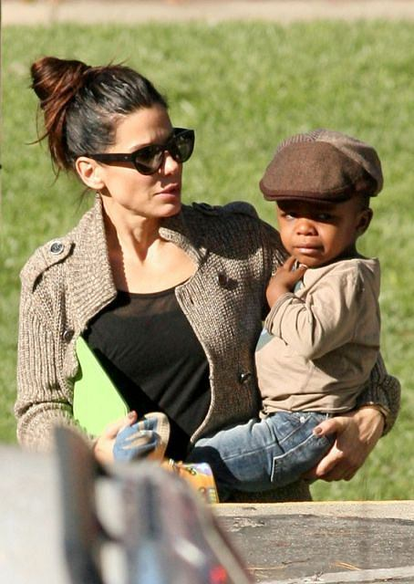 87338, LOS ANGELES, CALIFORNIA - Tuesday November 20, 2012. Actress Sandra Bullock is spotted picking up her adorable son Louis after a day of school. Bullock can be seen consoling her upset son with a kiss and touch on the cheek before heading home for the day. Photograph: ? Survivor, PacificCoastNews.com **FEE MUST BE AGREED PRIOR TO USAGE** **E-TABLET/IPAD & MOBILE PHONE APP PUBLISHING REQUIRES ADDITIONAL FEES** LOS ANGELES OFFICE: +1 310 822 0419 LONDON OFFICE: +44 20 8090 4079