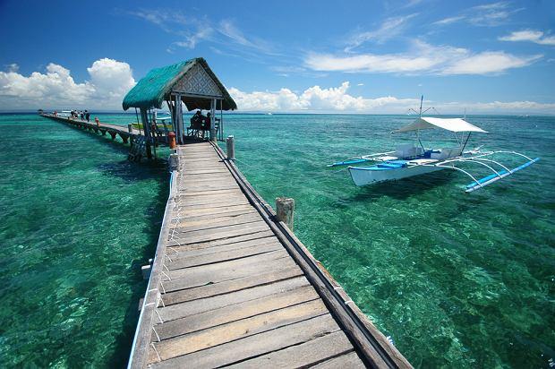 Azja Wyspa Phuket, Tajlandia. To najwi�ksza wyspa Tajlandii. Obszar Phuket jest g�rzysty, ale spor� cz�� zajmuj� wspania�e piaszczyste pla�e. Oblewaj� je wody Morza Andama�skiego, na kt�rych ko�ysz� si� charakterystyczne kolorowe ��dki. Stolic� wyspy jest licz�ce ok. 300 tys. mieszka�c�w miasto Phuket.