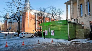 Kontener sieci Żabka przy Domu Żołnierza w centrum Poznania postawiono nielegalnie