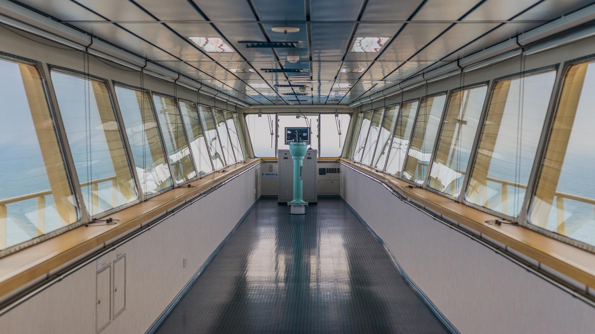 Widok z centralnej części mostka Mayview Maersk na jedną z pomocniczych konsol nawigacyjnych (fot. Robert Urbaniak)