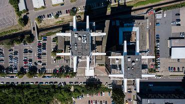 Nowatorskie dzieła architektury lat PRL na Śląsku jak Spodek, hala Kapelusz, Ośrodek Postępu Technicznego czy osiedle Gwiazdy powstały m.in. w wyniku inspiracji erą kosmiczną. Tak również było w przypadku wież Stalexportu. </p> Gdyby zrealizowano wszystkie ówczesne wizje lat 60. i 70. nie mielibyśmy w Katowicach jednego Spodka, ale nawet cztery, a do tego nowe, zachodnie śródmieście, od ronda w stronę Chorzowskiej 50 i dwóch wież Stalexportu. Do dziś zachowały się plany tego niezwykłego projektu. </p>  Przy ul. Mickiewicza miał bowiem powstać na początku lat 70. kompleks biurowy. Jurand Jarecki stworzył zwycięski projekt, który zakładał budowę trzech wysokościowców zwieńczonych u doły spodkiem. Nie udało się. W zamian powstały dwie wieże, które stoją do dziś, ukończone odpowiednio w 1981 i 1982 roku - Stalexport 1 oraz Stalexport 2. Jedna z nich ma wysokość 97 metrów, a druga jest o pięć metrów niższa. Mają wspólną podstawę, ale nie jest to spodek.