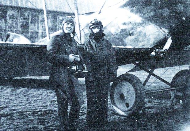 Franciszek Jach należał do wyróżniających się pilotów myśliwców zarówno podczas powstania wielkopolskiego, walk z Ukraińcami, jak i na froncie polsko-bolszewickim. W latach 20. latał samolotem ze swastyką. Ten niekojarzony jeszcze wówczas z nazistami znak był godłem osobistym pilota i widniał na kadłubie jego maszyny obok biało-czerwonej szachownicy. Po kontuzji odniesionej przez Jacha w 1933 r. jego kariera jako czynnego pilota załamała się i od tej pory był on nauczycielem lotników wojskowych. Na zdjęciu z córką posła łotewskiego w Godkowie na froncie bolszewickim.