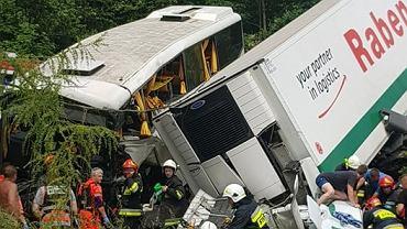 Wypadek na zakopiance w Tenczynie. Dzisiaj o godzinie 10.40 autokar z dziećmi zderzył się z ciężarówką. Poszkodowanych zostało ponad 40 osób, w tym czworo jest ciężko rannych. Droga między Lubniem a Rabką jest całkowicie zablokowana.