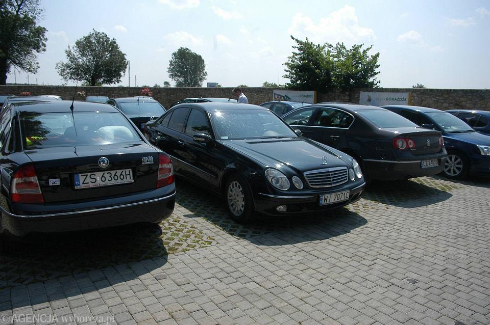 Samochody uczestników spotkania plenarnego Konferencji Episkopatu Polski