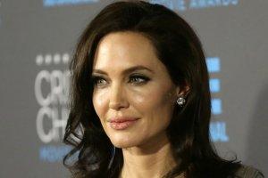 Angelina Jolie zawsze wygląda szczupło, ale ta sukienka wyjątkowo podkreśliła jej drobną talię. Można by ją objąć dłońmi