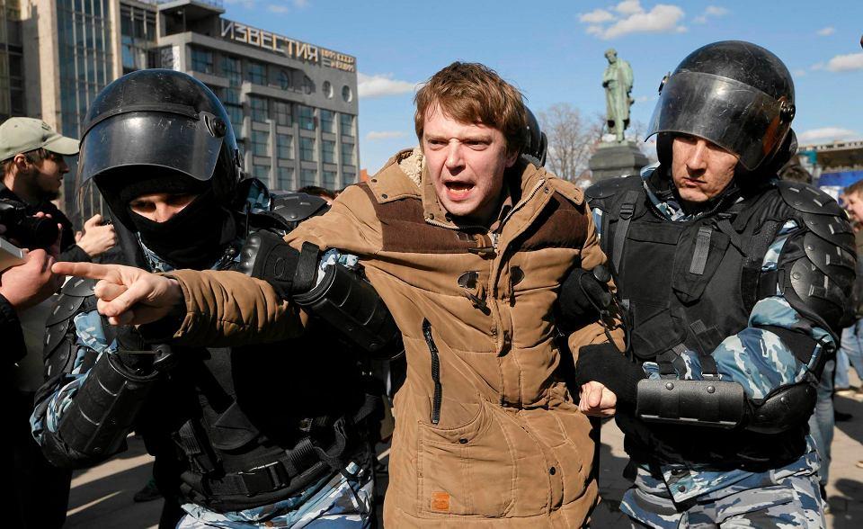 z21550985V,Policja-zatrzymuje-demonstran