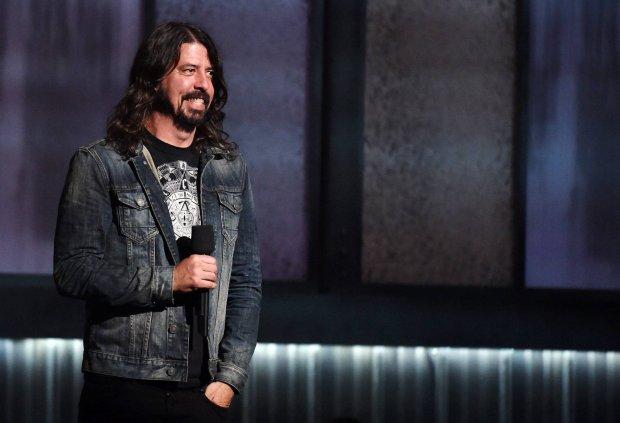 Dave Grohl spadł ze sceny łamiąc nogę, podczas koncertu w Göteborgu w Szwecji. Nie odwołał jednak koncertu - pojechał do szpitala i z nogą w gipsie dokończył show.