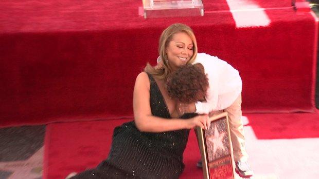 Mariah Carey odsłaniała swoją gwiazdę w Hollywood. To miał być jej moment. Ale kiedy obok diwy pojawiła się jej córka i 4-letni synek... Sami zobaczcie.