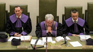 Sąd Najwyższy. Od lewej: sędzia Kazimierz Klugiewicz, sędzia Roman Sadej, sędzia Piotr Mirek podczas rozprawy