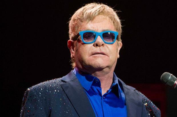 """Elton John zakaził się """"potencjalnie śmiertelną bakterią"""". Trafił na intensywną terapię i odwołał swoje koncerty."""