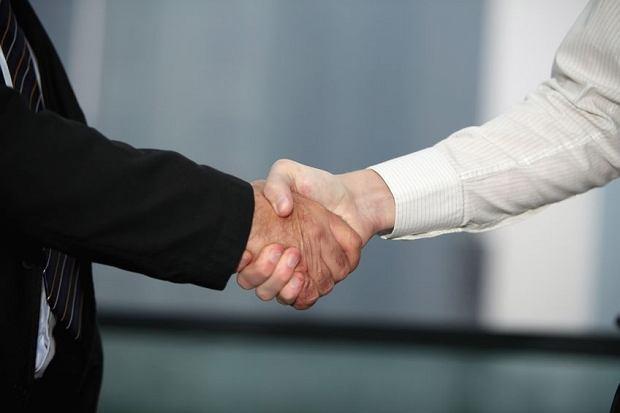 Pracodawca niemal podsuwa ci umowę do podpisu? Poważnie się zastanów