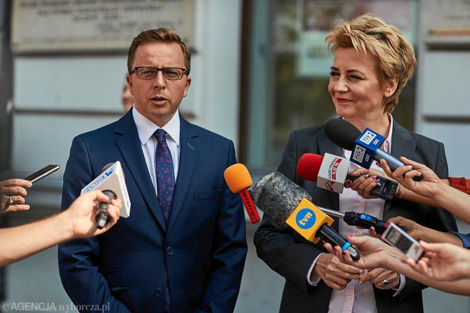 Dariusz Joński podczas konferencji, na której przekazał poparcie Hannie Zdanowskiej