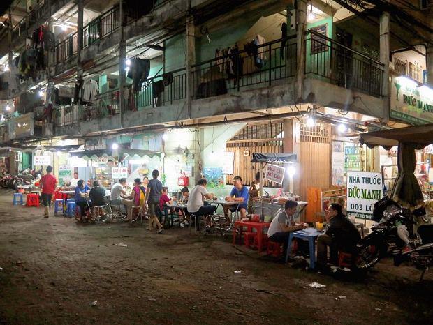 Sajgon, wieczorem chodniki wypełniają stoliki