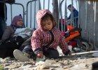 Ma�y uchod�ca czekaj�cy na granicy Grecji na mo�liwo�� wej�cia do Macedonii