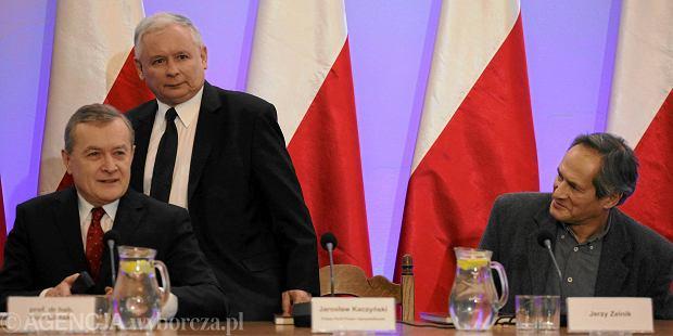Prof. Piotr Gliński, prezes PiS Jarosław Kaczyński i aktor Jerzy Zelnik podczas poniedziałkowej konferencji