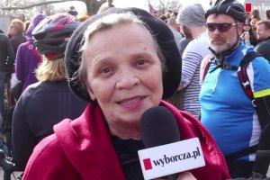 Tysiące wieszaków dla rządu. Protest przeciwko torturowaniu kobiet pod siedzibą Sejmu