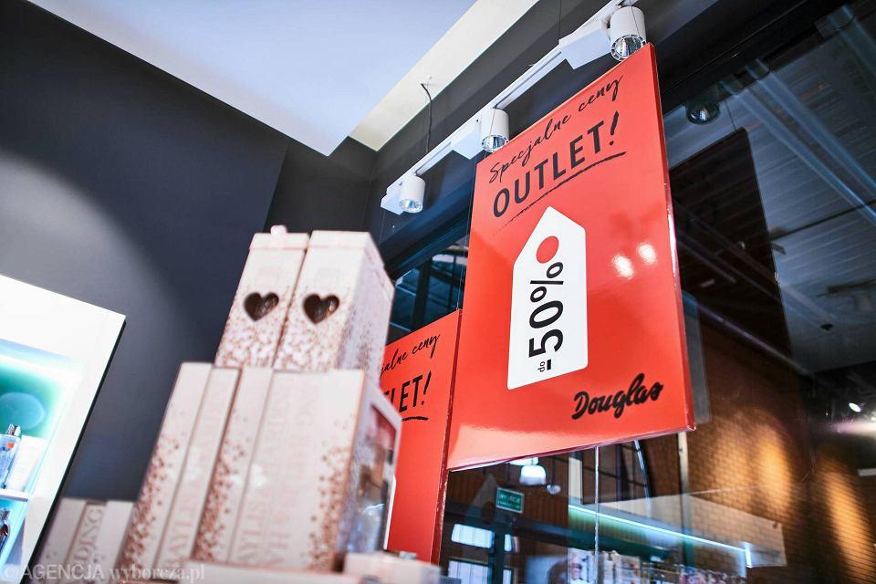 de4d03d367 Zdjęcie numer 4 w galerii - Ptak Outlet. Otwarcie perfumerii Douglas. Przed  wejściem kolejka