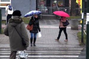 """""""Lubię, gdy pada"""". Tylko ona mogła wypowiedzieć takie zdanie. Pani Małgosia od ponad 40 lat naprawia parasole"""