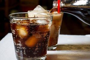 Podatek od cukru w napojach przynosi efekty. Spożycie spada, a producenci zmniejszają jego ilość