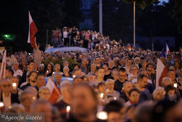 Zdjęcie numer 24 w galerii - Tłumy przed Sądem Okręgowym w Łodzi. Kolejny dzień protestów przeciwko zmianom PiS w sądownictwie [ZDJĘCIA]