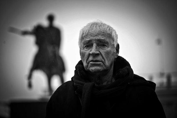 """Janusz Głowacki nie żyje. Pisarz, dramaturg, scenarzysta """"Rejsu"""" miał 79 lat"""