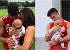 Mała Klara ma zaledwie 3 miesiące i już zdążyła odwiedzić swojego tatę, Roberta Lewandowskiego na treningu. Od urodzenia jest w centrum zainteresowania mediów, ale rodzice bardzo starannie pilnują swojej córki. W Polsce są nieuchwytni, jednak w Niemczech często pokazują się z Klarą. Paparazza spotkał ich, gdy wybierali się na spacer po treningu Bayernu Monachium.