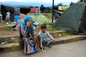 Nie chcieli i�� do obozu, zamieszkali na stacji benzynowej. Co si� dzieje z uchod�cami z Idomeni?