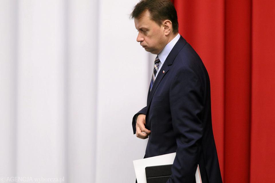 Ustawę dezubekizacyjną wymyślił szef MSWiA Mariusz Błaszczak. PiS jest z niej dumny i twierdzi, że uderza ona w 'oprawców' oraz 'wyrównuje niesprawiedliwość społeczną'. W rzeczywistości nowe przepisy uderzają w tych, którzy po upadku PRL poddali się weryfikacji i pracowali w służbach niepodległego państwa. Wśród nich są policjanci zwalczający przestępczość zorganizowaną, antyterroryści i wdowy po funkcjonariuszach, którzy zginęli na służbie