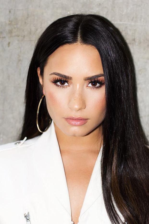 """Demi Lovato, znana głównie jako aktorka z seriali dla nastolatków, piosenkarka a w ostatnim czasie jako jurorka amerykańskiej edycji programu X Factor, wydała nowy singiel, """"Sexy Dirty Love"""". Zapowiedź nadchodzącego albumu """"Tell Me You Love Me"""" w pełnej krasie ukaże się już 29 września. Póki co singiel dostępny jest wyłącznie przy użyciu aplikacji Spotify."""