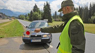 Jurgów. Kontrola dokumentów osób wjeżdżających do Polski przez funkcjonariuszy Straży Granicznej