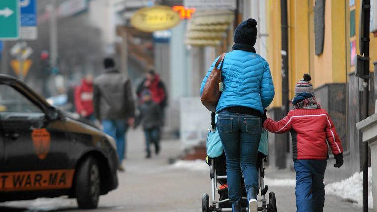 Miejsc takich, jak na ul. Pieniężnego, gdzie równy chodnik nie przeszkadza dziecięcym wózkom, jest za mało