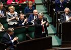 Posłowie PiS cieszą się z wygranego głosowania w sprawie ustawy medialnej