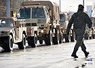 Ciężarówka armii USA zahaczyła o barierki i latarnię. Zjazd z A2 zablokowany