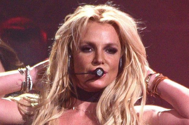 """Britney Spears zaliczyła niezłą wpadkę podczas swojego koncertu w ramach trasy """"Piece of Me"""". Jej skąpy strój nie utrzymał piersi i piosenkarka przez dwie minuty tańczyła z sutkiem na wierzchu."""