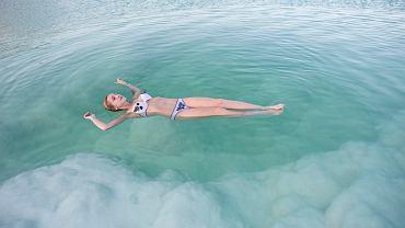Unoszenie się na wodzie w Morzu Martwym to jedna z ciekawszych atrakcji