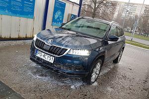 Nie myjesz samochodu zimą? To błąd. Podpowiadamy, jak to robić właściwie