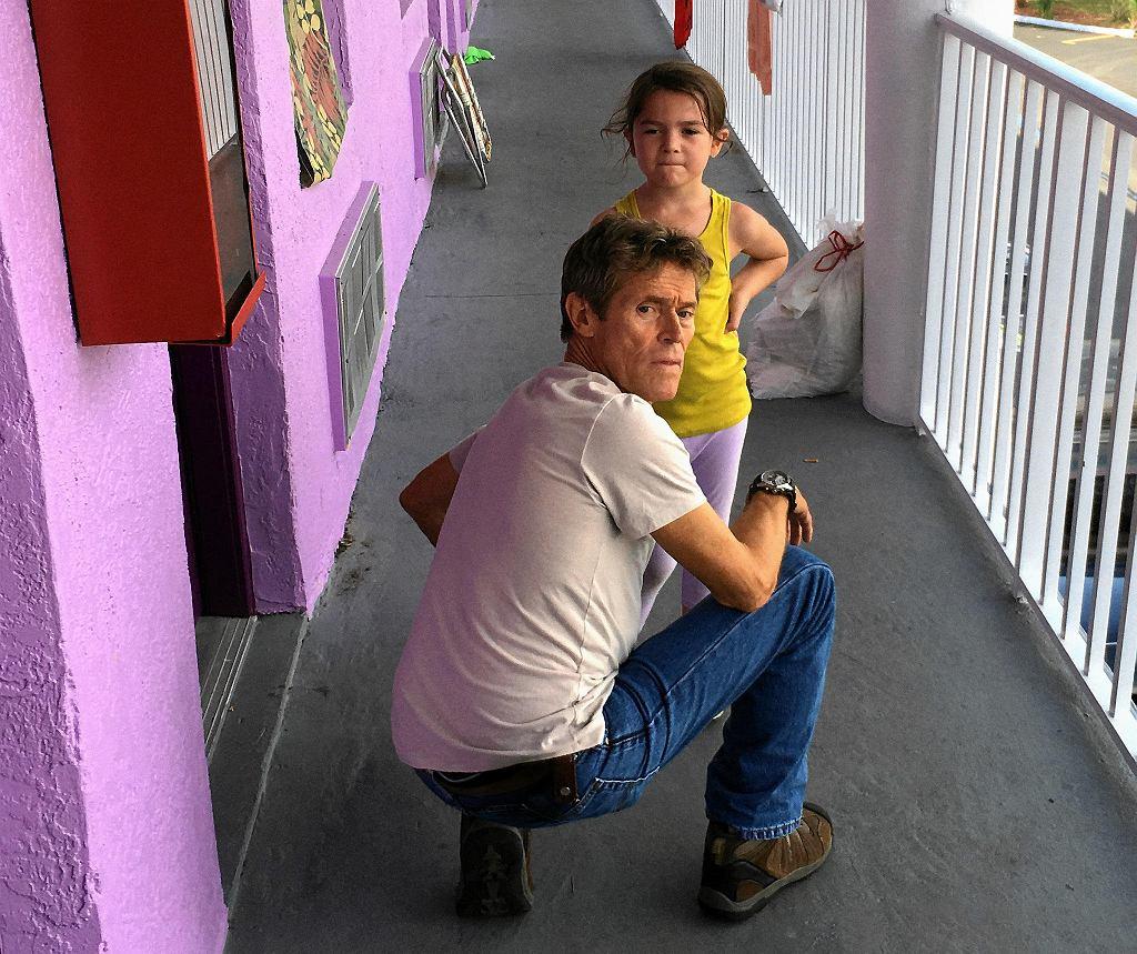Willem Defoe i Broklynn Prince na planie filmu 'The Florida Project'.   / MARC SCHMIDT