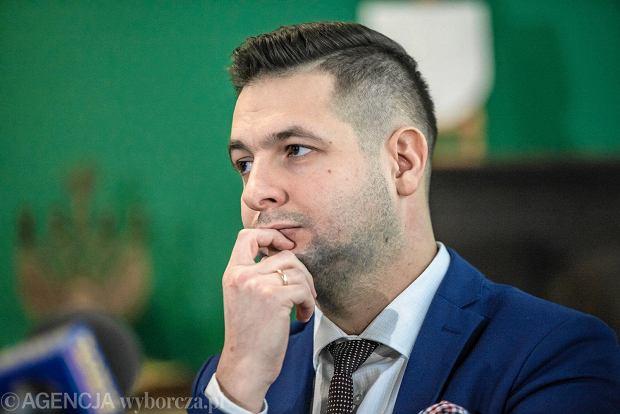 Patryk Jaki atakuje Jurka Owsiaka za pomocą... Hanny Gronkiewicz-Waltz