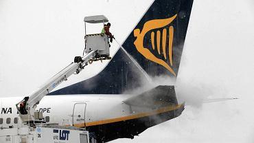 Odladzanie samolotu w Porcie Lotniczym Wrocław