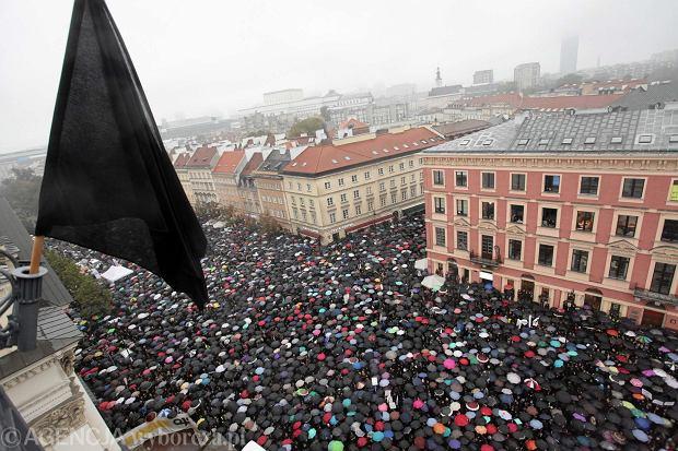 Zdjęcie numer 4 w galerii - Nagroda Radia TOK FM za 2016 rok dla Czarnego Protestu - Ogólnopolskiego Strajku Kobiet!