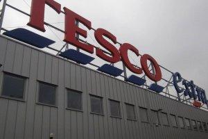 Du�e sieci wstaj� z kolan. Carrefour i Tesco chwal� si� wynikami