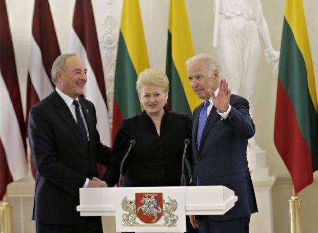 Prezydent Łotwy Andris Berzins (po lewej) z wiceprezydentem USA Joe Bidenem i prezydent Litwy Dalią Grybauskaite, Wilno, 19 marca 2014