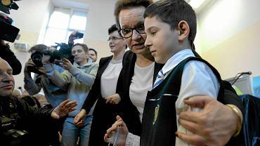 23 listopada 2016 r., minister edukacji Anna Zalewska wręcza stypendium naukowe Kamilowi Wrońskiemu