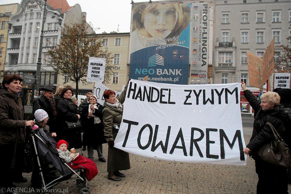 9 listopada 2011 r. Mieszkańcy kamienicy przy ul. Piaskowej protestują naprzeciwko siedziby NeoBanku. Ustalili, że to powiązana z bankiem spółka kupiła ich kamienicę i wynajęła 'czyścicieli'. Gdy sprawę nagłośniły media, nękanie się skończyło