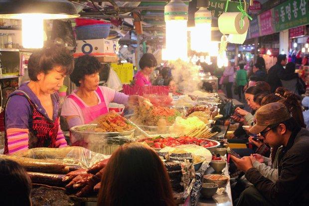 Do grillowanego mięsa i makaronu -cokolwiek zamówimy wrestauracji czy barze -zawsze dostaniemy też miseczkę kimchi