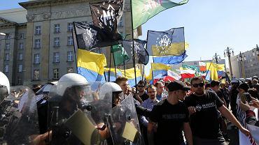 Prezydent Katowic nakazał swoim służbom rozwiązać marsz narodowców, który wcześniej próbowali zablokować uczestnicy antyfaszystowskiej manifestacji. Doszło do przepychanek z policją.