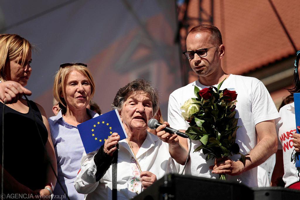 Uczestniczka powstania warszawskiego Wanda Traczyk-Stawska przemawia podczas Marszu Wolności w Warszawie
